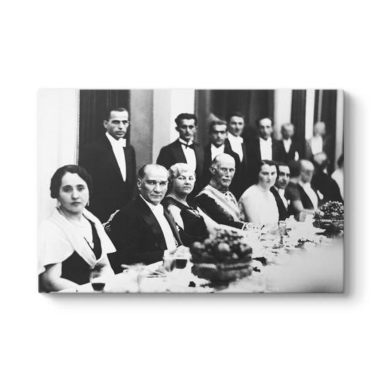 Diplomatik Yemekte Atatürk Tablosu