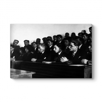 Atatürk İstanbul Üniversitesinde Ders Dinlerken
