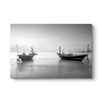 Siyah Beyaz Balıkçı Tekneleri